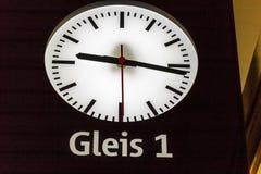 Chiuda su di un orologio ad una stazione ferroviaria Fotografie Stock Libere da Diritti