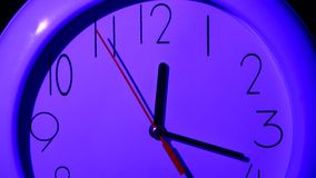Chiuda su di un orologio dell'ufficio, la notte, fine su stock footage