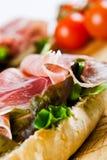 Chiuda in su di un panino del prosciutto di Parma fotografia stock libera da diritti