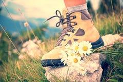 Chiuda su di un piede della donna in una scarpa d'escursione Immagine Stock