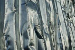 Chiuda su di un recinto ondulato battuto ed avariato del metallo immagine stock libera da diritti