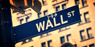 Chiuda su di un segnale di direzione di Wall Street, New York Fotografia Stock