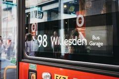 Chiuda su di un segno di numero rosso dell'autobus a due piani a Londra, Regno Unito immagini stock
