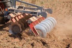 Chiuda su di un sistema dell'erpice di disco, coltivi il suolo immagini stock