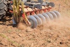 Chiuda su di un sistema dell'erpice di disco, coltivi il suolo immagine stock libera da diritti