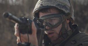 Chiuda su di un soldato israeliano che poiting il suo fucile che cerca i nemici video d archivio