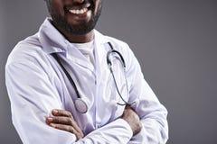 Chiuda su di un sorridere sicuro di medico immagine stock