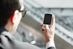 Chiuda su di un uomo che per mezzo del telefono cellulare Fotografie Stock
