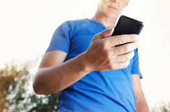 Chiuda su di un uomo che per mezzo del telefono cellulare Fotografia Stock