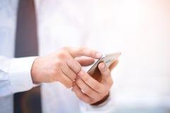 Chiuda su di un uomo che per mezzo dello Smart Phone mobile Immagine Stock Libera da Diritti