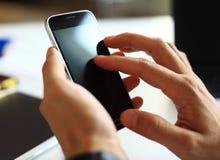 Chiuda su di un uomo che per mezzo dello smartphone mobile Fotografia Stock