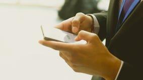Chiuda su di un uomo che usando Smartphone A Immagine Stock