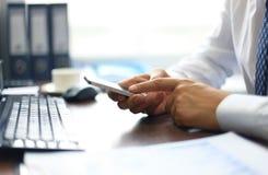 Chiuda su di un uomo d'affari facendo uso del cellulare Immagine Stock Libera da Diritti