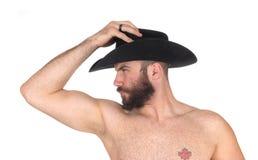 Chiuda su di un uomo senza camicia con distogliere lo sguardo del cappello da cowboy Fotografia Stock Libera da Diritti