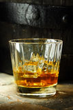 Chiuda su di un vetro di whiskey Immagine Stock