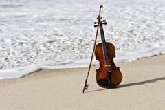 Chiuda in su di un violino e della spiaggia atlantica Fotografia Stock Libera da Diritti