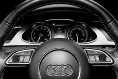 Chiuda su di un volante del S-line di Audi A4 dettagli moderni dell'interno dell'automobile Tachimetro, tachimetro Cruscotto dell fotografia stock libera da diritti