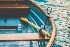 Chiuda su di una barca a remi di legno di piacere al pilastro di un lago Fotografie Stock Libere da Diritti