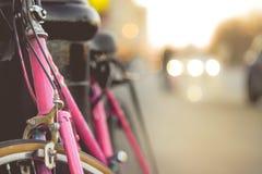 Chiuda su di una bici d'annata con la sfuocatura variopinta Backgro dello spazio della copia Fotografia Stock Libera da Diritti