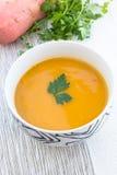 Chiuda su di una ciotola di minestra della carota, della zucca e della patata dolce Immagini Stock Libere da Diritti