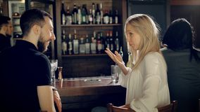 Chiuda su di una coppia amorosa che ha data nel ristorante Giovane e bella donna che parlano l'un l'altro seduta stock footage