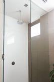 Chiuda su di una doccia contemporanea in bagno moderno Immagine Stock