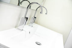 chiuda su di una doccia italiana in un bagno moderno fotografie stock libere da diritti