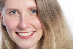 Chiuda su di una donna attraente con gli occhi azzurri Immagini Stock Libere da Diritti