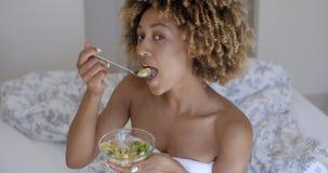 Chiuda su di una donna che gode di un'insalata sana stock footage