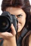 Chiuda su di una donna del fotografo che tiene una macchina fotografica digitale dello slr Fotografie Stock