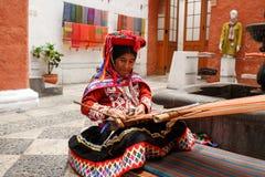 Chiuda su di una donna tradizionale che fa i tessuti peruviani per sal Fotografia Stock Libera da Diritti