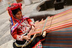 Chiuda su di una donna tradizionale che fa i tessuti peruviani per sal Fotografie Stock