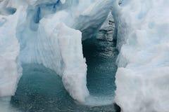 Chiuda su di una formazione di ghiaccio che galleggia in acque ghiacciate Immagini Stock