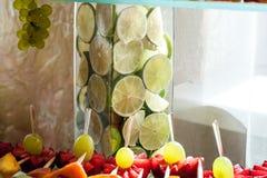 Chiuda su di una frutta fresca su un buffet Fotografia Stock Libera da Diritti