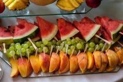 Chiuda su di una frutta fresca su un buffet Immagine Stock