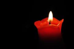 Chiuda su di una luce rossa della candela Fotografie Stock