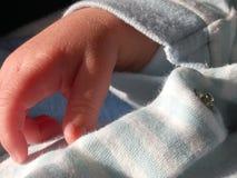 Chiuda su di una mano minuscola dei neonati Fotografia Stock