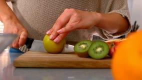 Chiuda su di una mela di taglio della donna video d archivio