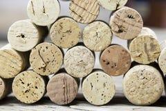 Chiuda su di una parete del vino usato del sughero con la variazione differente di colore del vino Fotografie Stock Libere da Diritti