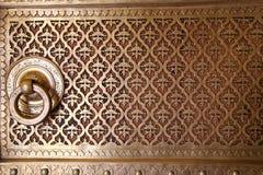 Chiuda su di una porta in Rajendra Pol, il palazzo della città di Jaipur, Rajastha immagini stock libere da diritti
