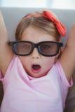 Chiuda su di una ragazza che indossa i vetri 3d per un moive Fotografia Stock