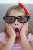 Chiuda su di una ragazza che indossa i vetri 3d per un moive Fotografia Stock Libera da Diritti