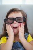 Chiuda su di una ragazza che indossa i vetri 3d per un moive Immagine Stock Libera da Diritti
