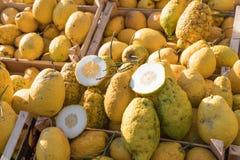Chiuda su di una scatola di legno in pieno di grande cedro giallo alla frutta m. immagini stock libere da diritti