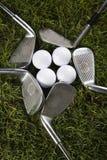 Chiuda in su di una sfera di golf sul T Immagine Stock