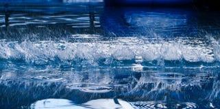 Chiuda su di una spruzzata dell'acqua fotografia stock