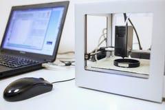 Chiuda su di una stampante 3D che è nel lavoro Fotografie Stock