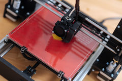 Chiuda su di una stampante 3D che è nel lavoro Immagini Stock Libere da Diritti