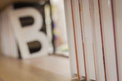 Chiuda su di uno scaffale per libri immagini stock libere da diritti