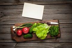 Chiuda su di varie verdure crude variopinte con Fotografie Stock